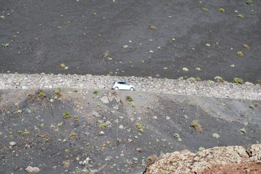Auto met schutkleur.