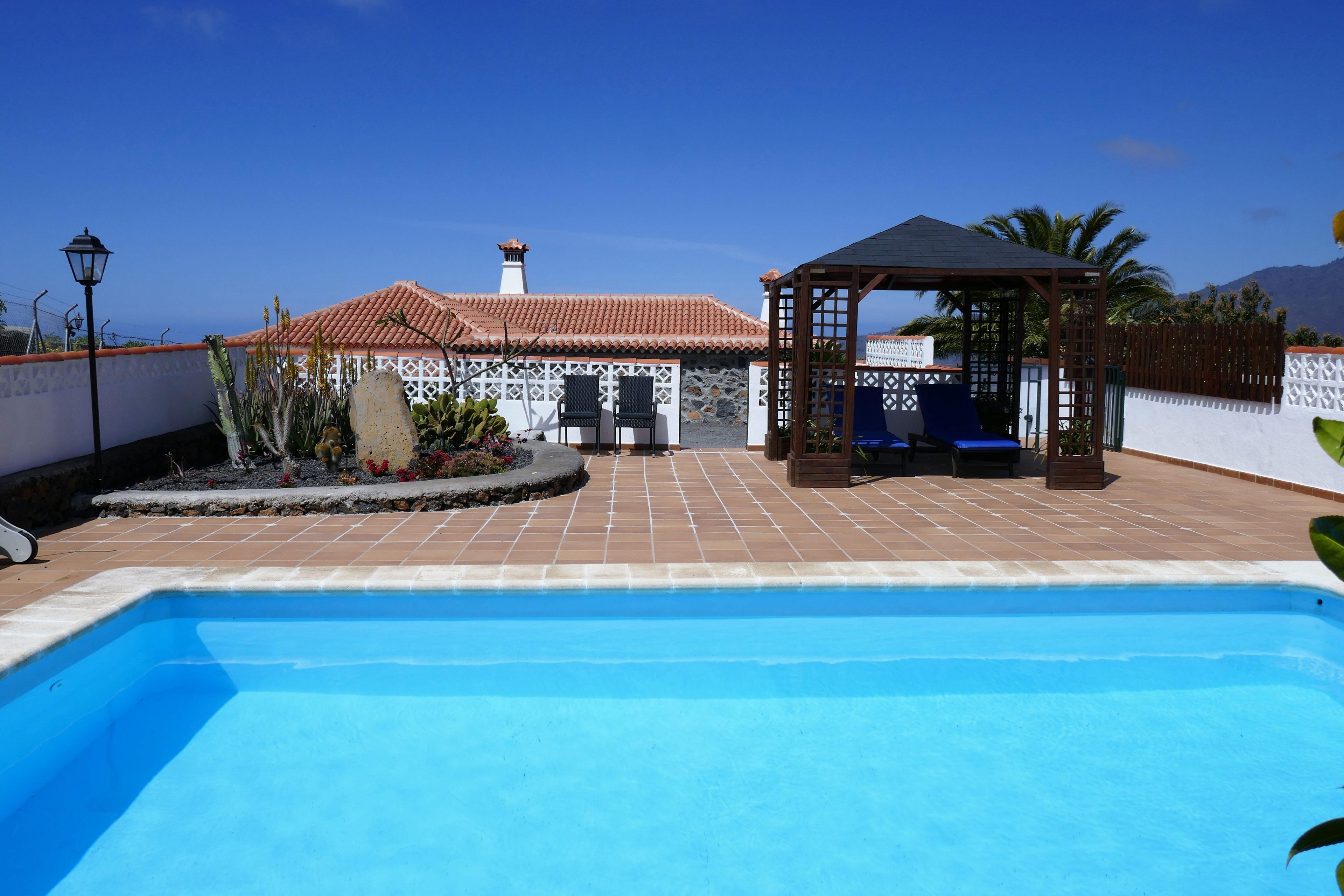 Zwembad van vakantiehuis Gamez.