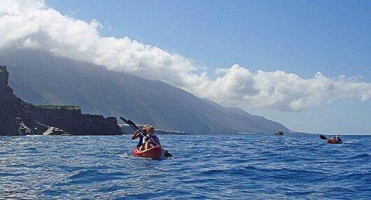 Kayak voor de kust van La Palma.