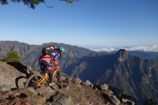 Mountainbiken op de kraterrand.
