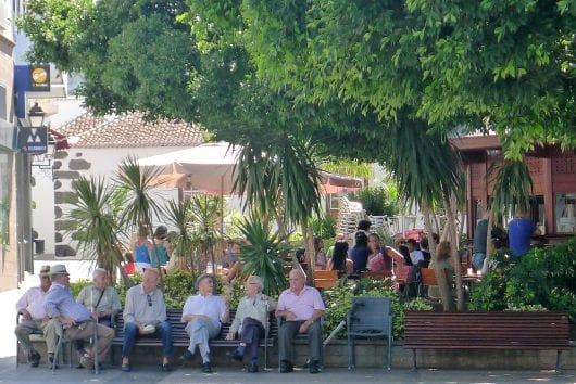 Oude mannen bij de kiosk in Los Llanos.