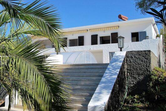 Groot huis met drie terrassen.