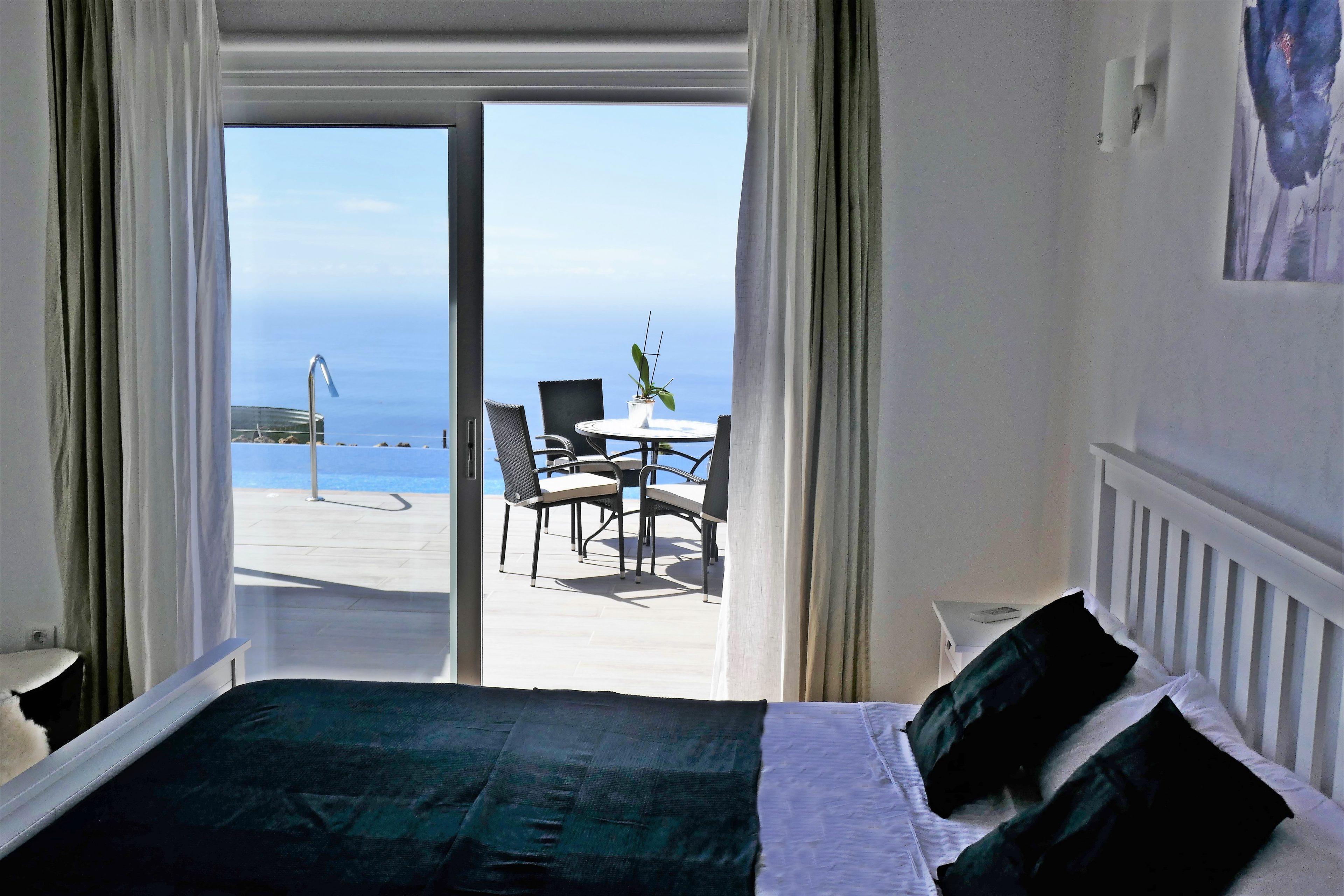 Slaapkamer met oceaanzicht.