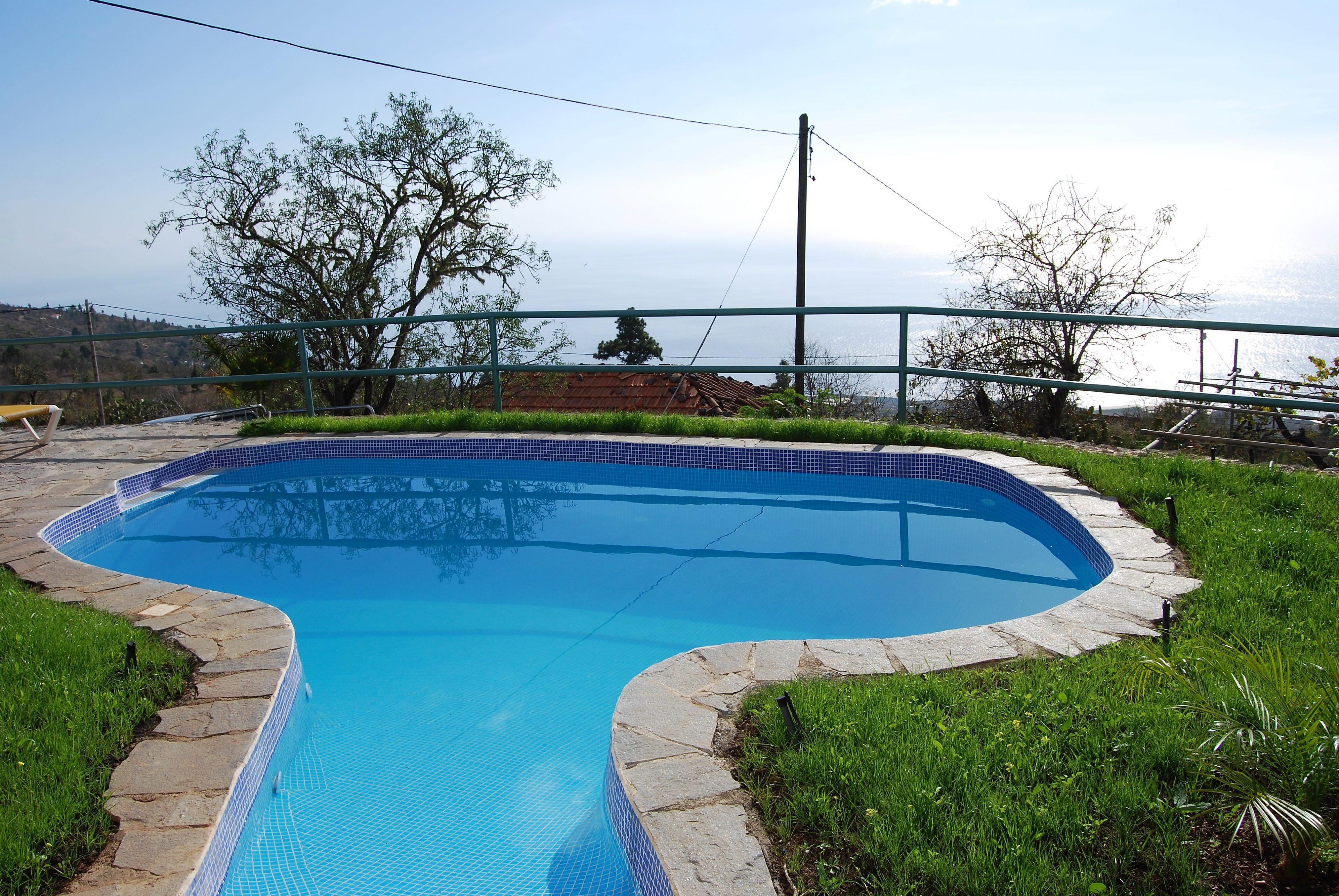Zwembad met zeezicht