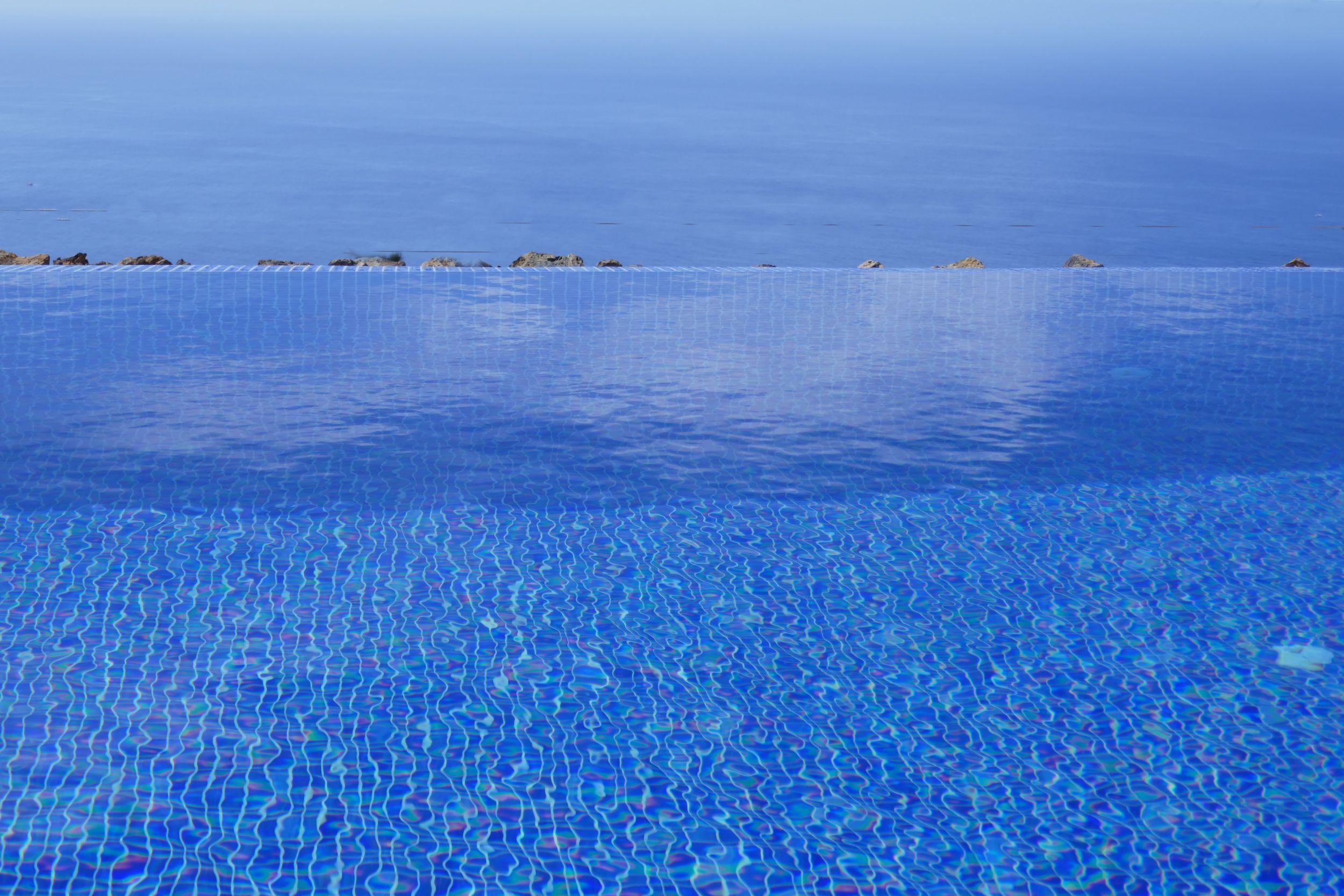 Zwembad en Atlantische Oceaan.